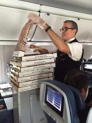 機内でピザが配られる様子